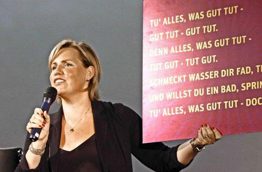 Nicole Staudinger mit ihrer Texttafel zum Mitsingen. Foto: Klaus Schnaidt
