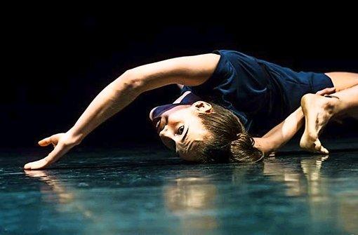 """Auf der Suche nach dem Kind in sich: Die kanadische Tänzerin Sarah Murphy in dem Solo """"Enfant"""", das Joeri Dubbe für sie choreografierte Foto: Joris Jan Bos"""