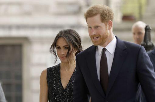 """Wo sie gehen und stehen, sind Meghan Markle und Prinz Harry von Paparazzi umgeben. Ein  geeignetes Hochzeits-Spielchen zur mentalen Entlastung der beiden wäre vielleicht: """"Fang den Paparazzo"""". Foto: AP"""