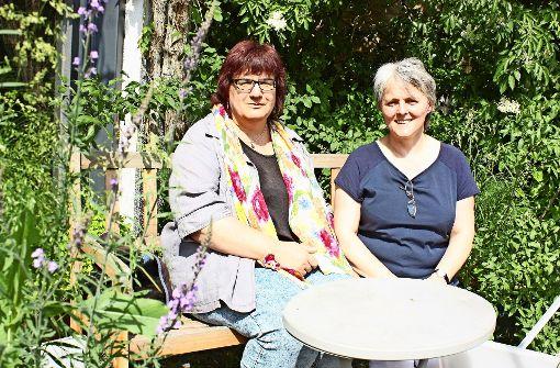 Sabine Onayli  (li.) und Sigrid Ott sammeln fleißig Unterschriften für DiB. Foto: Natalie Kanter