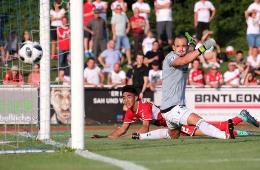 Torschütze Nicolas Gonzalez macht das 1:2, Illertissens Torwart Felix Kielkopf hat das Nachsehen. Foto: Pressefoto Baumann