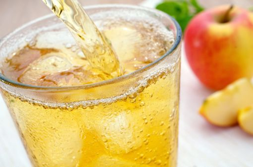 Auch bei der Arbeit gilt: Viel trinken. Der Flüssigkeitsverlust ist an heißen Tagen besonders hoch. Der Körper braucht dann bis zu fünf Liter Flüssigkeit am Tag. Am besten eignen sich nicht zu kalte bSaft- und Gemüseschorle/b, die man bequem zu Hause vorbereiten kann. Foto: AdobeStock