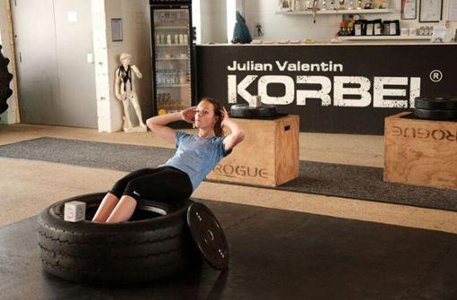 Auch wenn es nicht so aussieht: Julia Bosch hatte durchaus Spaß im Fitnessstudio Korbel. Foto: z/Stephan Pfaffinger