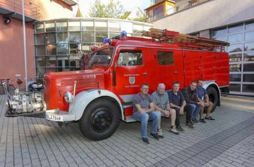 Alte Liebe rostet nicht: Hansi Schwab, Manfred Hess, Uwe Zoller, Sven Petelik und  Marcus Schnaufer  (von links) restaurieren das alte Feuerwehr-Vehikel. Foto: factum/Bach