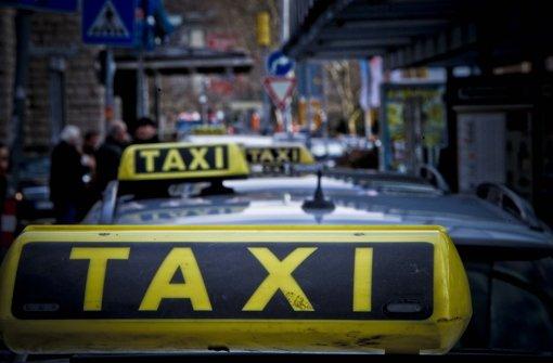 Taxis vor dem Stuttgarter Hauptbahnhof Foto: Peter Petsch