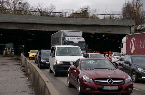 Es ist zu Verkehrsbehinderungen gekommen.  Foto: Andreas Rosar Fotoagentur-Stuttg