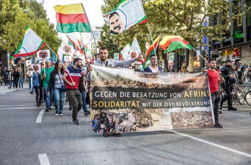 Rund 150 Demonstranten protestieren gegen Erdogans Staatsbesuch
