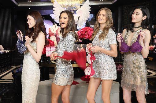 Die Victoria´s Secret Engel He Sui, Alessandra Ambrosio, Josephine Skrive und Xi Mengyao (v.l.n.r.) kommen zur Eröffnung nach Shanghai. Foto: Getty Images