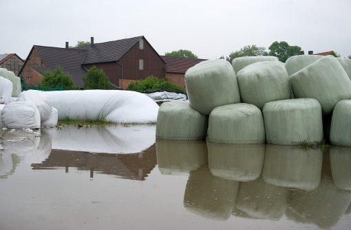 Das Unwetter am Wochenende überschwemmte nicht nur Straßen. Auch landwirtschaftliche Betriebe hatten unter den Wassermassen zu leiden. Foto: dpa