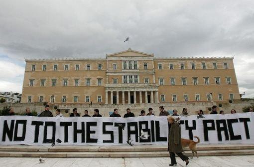 Griechen müssen drastisch sparen