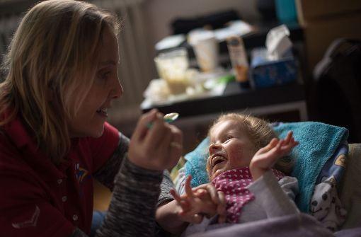 Susanna hat ihren Spaß mit Schwester Gundula Piwowarczyk. Foto: Lichtgut/Max Kovalenko
