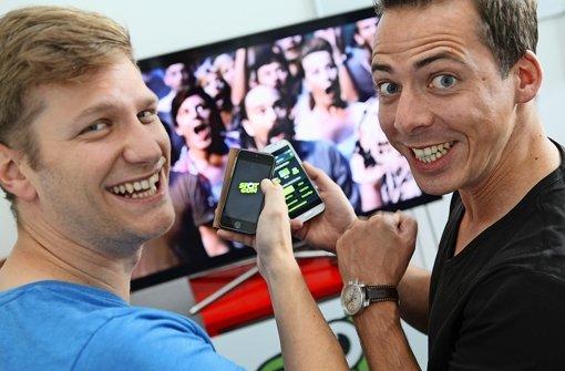 Die Gründer Philipp Rottmann (links) und Jürgen Gomeringer haben auch selbst offenbar Spaß an ihrer Quizapp, die mittlerweile von 4500 Menschen genutzt wird Foto: Jan Reich