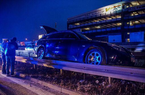 BMW-Fahrer mit zwei Kindern im Auto landet auf Leitplanke