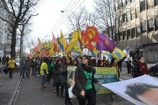 Mehr Teilnehmer als zunächst erwartet: Der Kurdenmarsch startete am Montag in Stuttgart. Foto: Andreas Rosar Fotoagentur-Stuttgart
