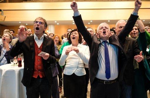 Freude über die Prognose: Stuttgarts Oberbürgermeister Fritz Kuhn (re.) mit Parteifreunden der Grünen im Rathaus Foto: Lichtgut/Leif Piechowski
