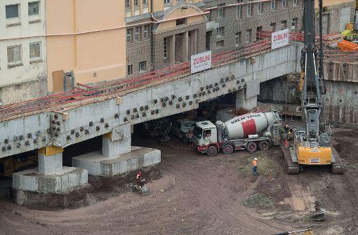 Dann konnte die gesamte Fläche unterhalb des Gebäudes etwa zwei Meter ausgehoben werden. Dort wurde im Anschluss eine Abfangplatte errichtet, die das Bauwerk trägt. Foto: dpa