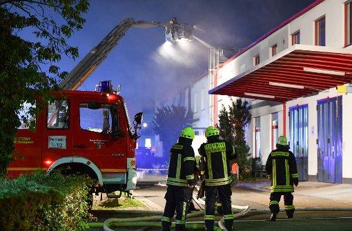 gro brand in weinheim lagerhalle steht in flammen feuerwehrmann verletzt polizeibericht. Black Bedroom Furniture Sets. Home Design Ideas