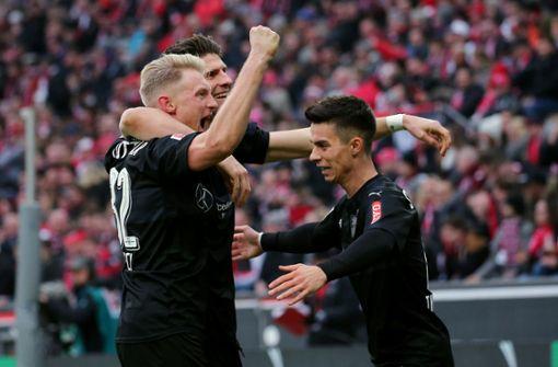 Drei Spielentscheider unter sich: Gomez (zwei Tore, im Hintergrund), Andreas Beck (ein Tor, links) und Erik Thommy (drei Vorlagen). Foto: Pressefoto Baumann