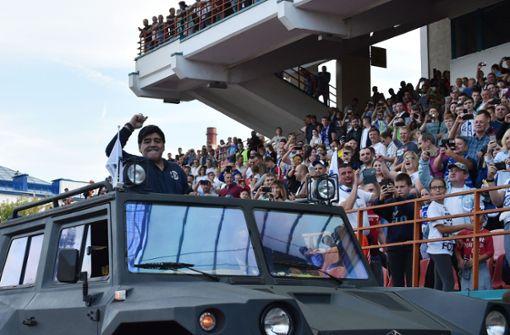Diego Maradona rollt im Panzer zum neuen Job