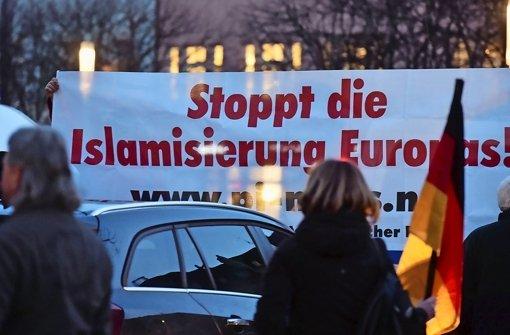 Die  islamkritische Bewegung Kargida (Karlsruher gegen die Islamisierung des Abendlands) führt im Februar 2015 in Karlsruhe  einen sogenannten Spaziergang durch Foto: dpa