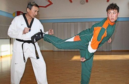 Auch mit 67 Jahren steht Soo-Nam Park (li.)  noch täglich im Übungsraum Foto: Baumann