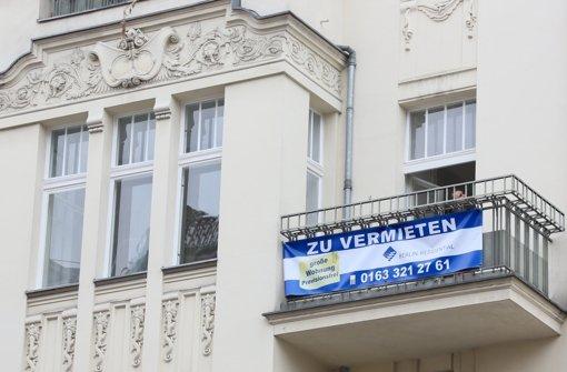 In der Hauptstadt wurden 2014 rund 8800 Wohnungen neu gebaut – und dennoch ist der Bedarf weiter groß: Daher steigen die Immobilienpreise und auch die Mieten rasant. Der Quadratmeter einer Wohnung, die nach dem Jahr 2000 gebaut oder voll saniert wurde, kostet  zwischen 2070 und  4430 Euro – abhängig von der Lage und Ausstattung der Immobilie. Foto: dpa