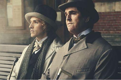 Oscar Wilde (Rupert Everett, re.) und sein Liebhaber Bosie (Colin Morgan) suchen Freiräume in einer prüden Welt. Foto: Concorde