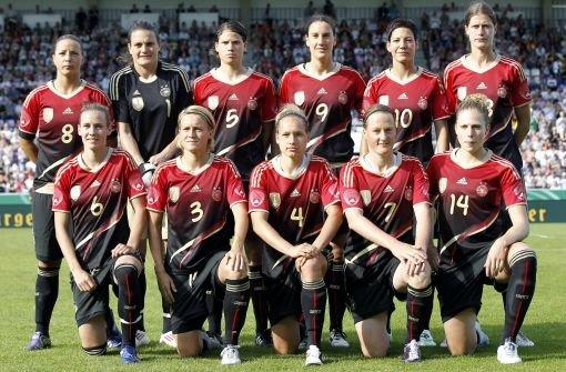 Fußballdeutschland ist bereit: In schicken neuen Trikots wollen unsere Damen ihren WM-Titel verteidigen. Die besten Kickerinnen der Welt setzen auf Erfahrung und hungrige Newcomerinnen.  Foto: dapd