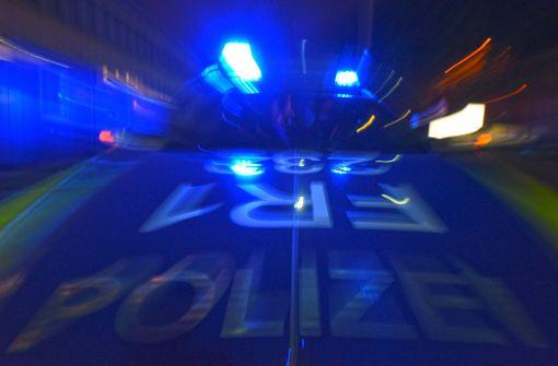 Mann gibt Frau Kopfstoß im Beisein der Polizei