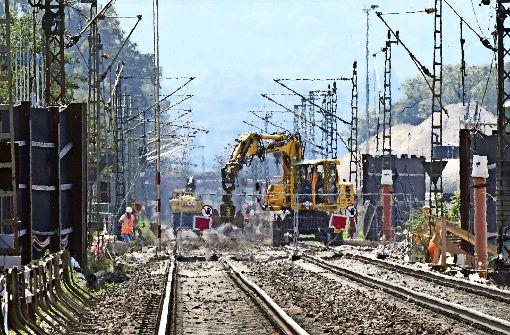 Nach dem Tunnelunglück in Rastatt wird dort das Gleisbett abgetragen und eine hundert Meter lange Betonplatte eingezogen. Foto: dpa