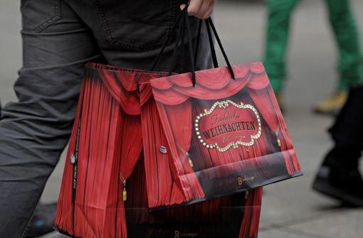 Am vierten Adventssamstag kauften viele Menschen in Stuttgart ein. Doch der Einzelhandel hofft nochmal auf gute Geschäfte zwischen den Jahren. Foto: dpa