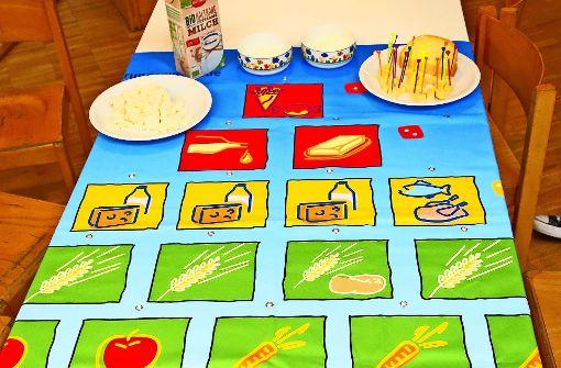 Die Ernährungspyramide als Tischdecke – so wird Kindern klar, was ihr  Körper braucht, um gesund zu bleiben.. Foto: privat