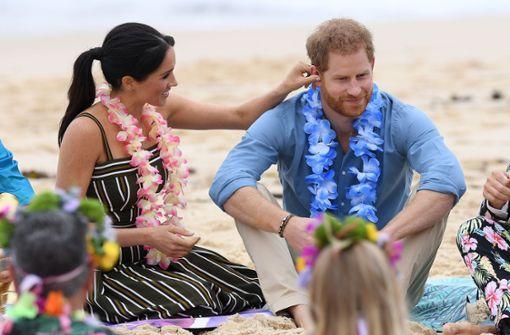 Royales Paar barfuß an Australiens bekanntestem Strand