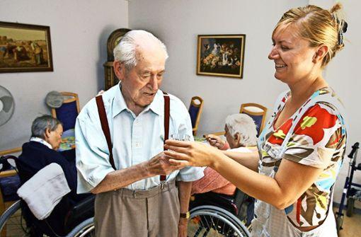 Kurzzeitpflegeplätze, die pflegende Angehörige entlasten können,  sind rar im Kreis. Foto: dpa