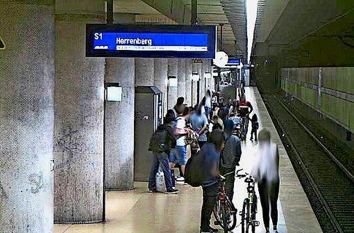 Auf den Bildern der Überwachungskameras an der Haltestelle Schwabstraße sieht man, wie Passanten die Schlägerei beobachten, welche sich etwa im Bereich unter der Uhr abspielt. Das vorliegende Foto ist aus Datenschutzgründen leicht verpixelt. Foto: Bundespolizei Stuttgart