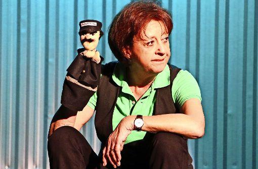 """Schauspielerin Monika Hirschle in ihrem Solo-Programm """"Gell, Sie sen's?"""" mit der Hans-Moser-Puppe. Foto: Klaus Schnaidt"""