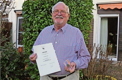 Stolz zeigt Werner Egly seine Ehrenmünze samt Urkunde. Foto: Julia Bayer