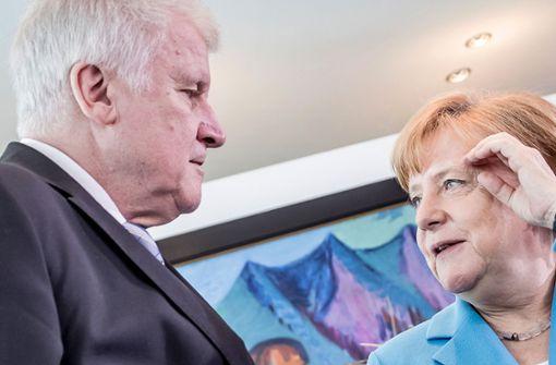 In Frontstellung: Innenminister Horst Seehofer (CSU, links) und seine Chefin, Kanzlerin Angela Merkel (CDU) tragen einen harten Zwist um den Umgang mit der Zuwanderung aus. Foto: dpa