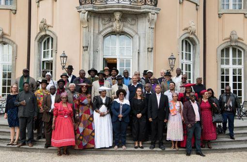 Eine namibische Delegation zu Besuch in Deutschland: Sie posieren vor der Villa Borsig in Berlin. Foto: dpa