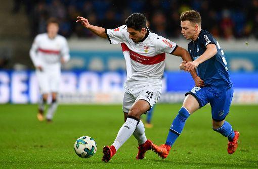 Berkay Özcan setzt sich gegen Hoffenheims Dennis Geiger durch.  Foto: dpa