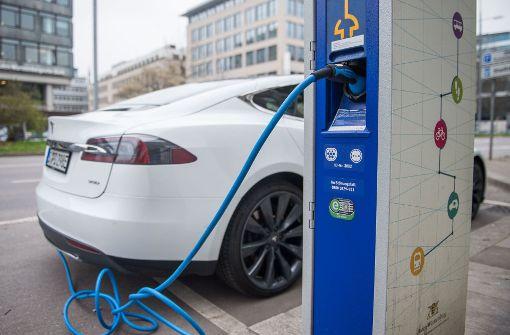 Ladesäulen und Geld für E-Autos