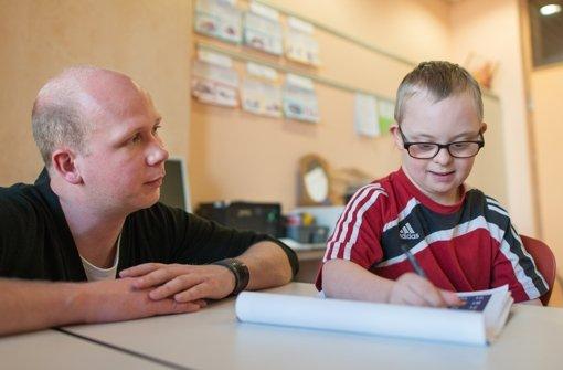 Henri  und sein Lehrer an der Grundschule in Walldorf Foto: dpa