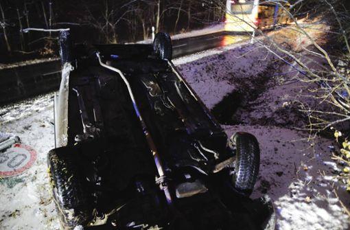 Das Fahrzeug überschlug sich und blieb auf dem Dach liegen. Foto: 7aktuell.de/David Skiba
