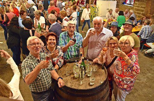 Hoch die Gläser! Die Gäste beim Feuerbacher Kelterfest ließen sich die edlen Tropfen sichtlich schmecken. Foto: Petra Mostbacher-Dix