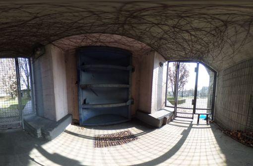 Die massive Metalltür am Eingang des Bunkers liegt selbst hinter Gittertüren. Einmal drin ... Foto: Jan Georg Plavec
