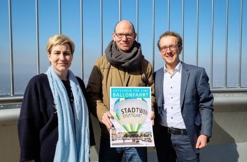 Anette-Heike Schmidt (SWR Media Services) und Jörg Oeser (rechts, Stadtwerke Stuttgart) überreichen Heiko Batzing seinen Gewinn. Foto: Stadtwerke Stuttgart/ Leif Piechowski