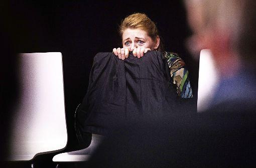"""Die Schauspielerin Katja Uffelmann verkörpert """"die Frau, die gegen Türen rannte"""". Foto: Ines Rudel"""