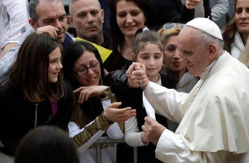 Papst gibt Eis an Obdachlose aus
