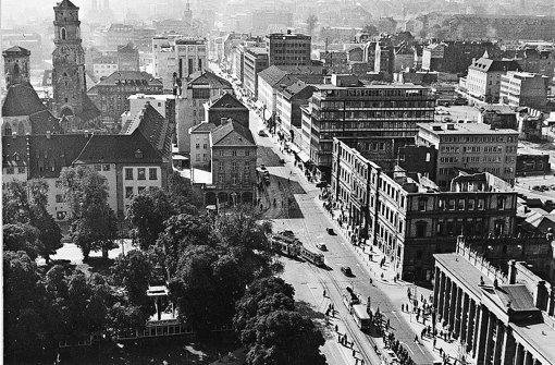 Das Kronprinzenpalais in den 1950ern als Ruine neben dem Königsbau Foto: StN-Archiv