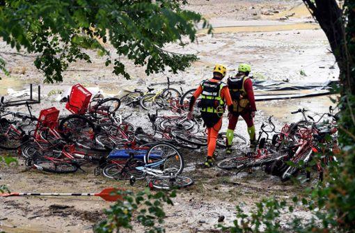 Überschwemmung eines Zeltlagers in Saint-Julien-de-Peyrolas in Südfrankreich nach einem Unwetter – seitdem wird ein Erwachsener vermisst. Foto: AFP